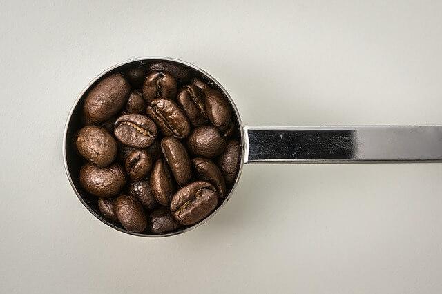 コーヒースプーンとコーヒー豆