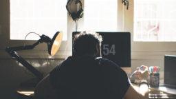 パソコンデスクにいる男性