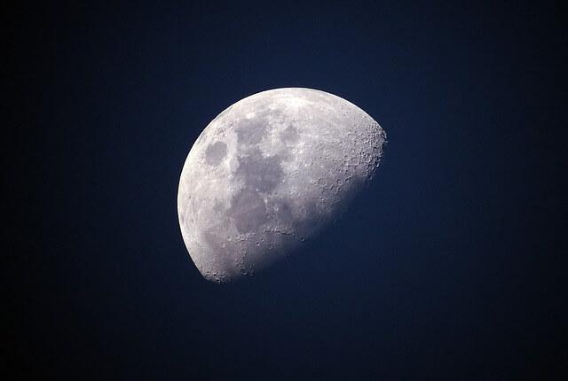 天体望遠鏡でみた月