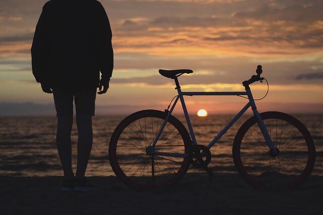 クロスバイクと夕日